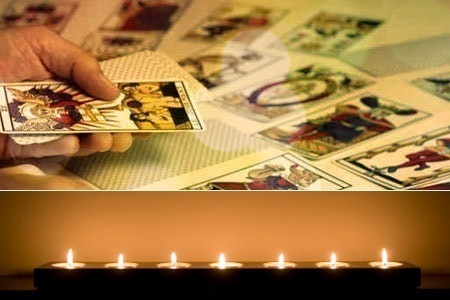 Main en train de distribuer des cartes de tarot